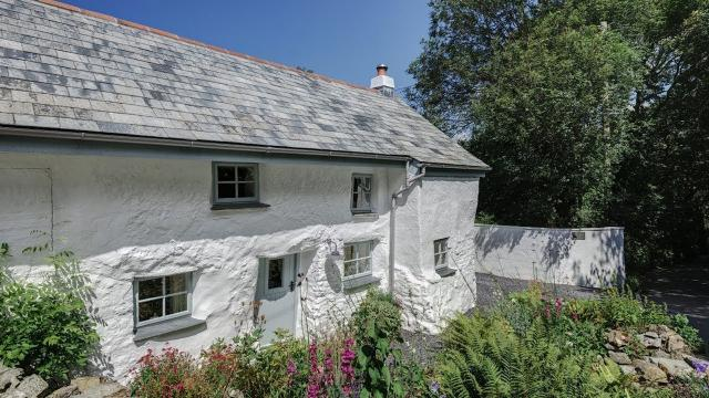 This House Is Over 300 Years Old… But Step Inside And You'll Find The LAST Thing You'd Expect!