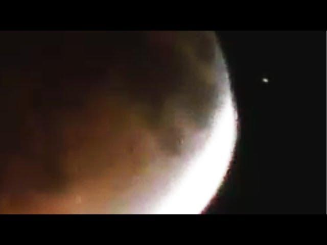 4/15/14 MASSIVE BLOOD MOON UFO CAUGHT DURING ECLIPSE - ALIEN EVENT