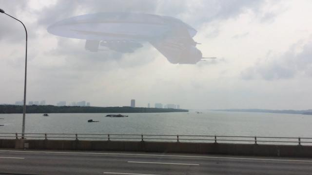 Giant UFO flying over the Han River in KOREA !!! Aug 2018