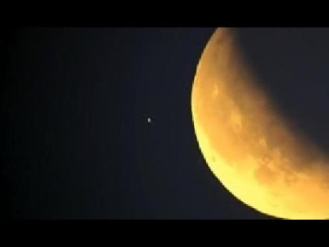UFO flew by Moon at high speed during Lunar Eclipse